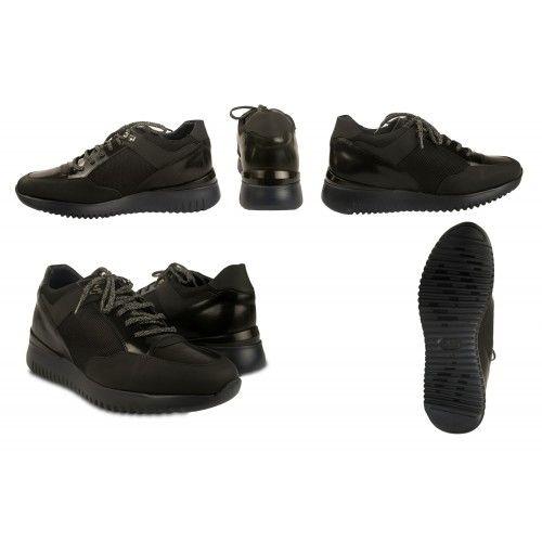 Einfacher schwarzer Schuh zum Tragen mit Schnürsenkeln