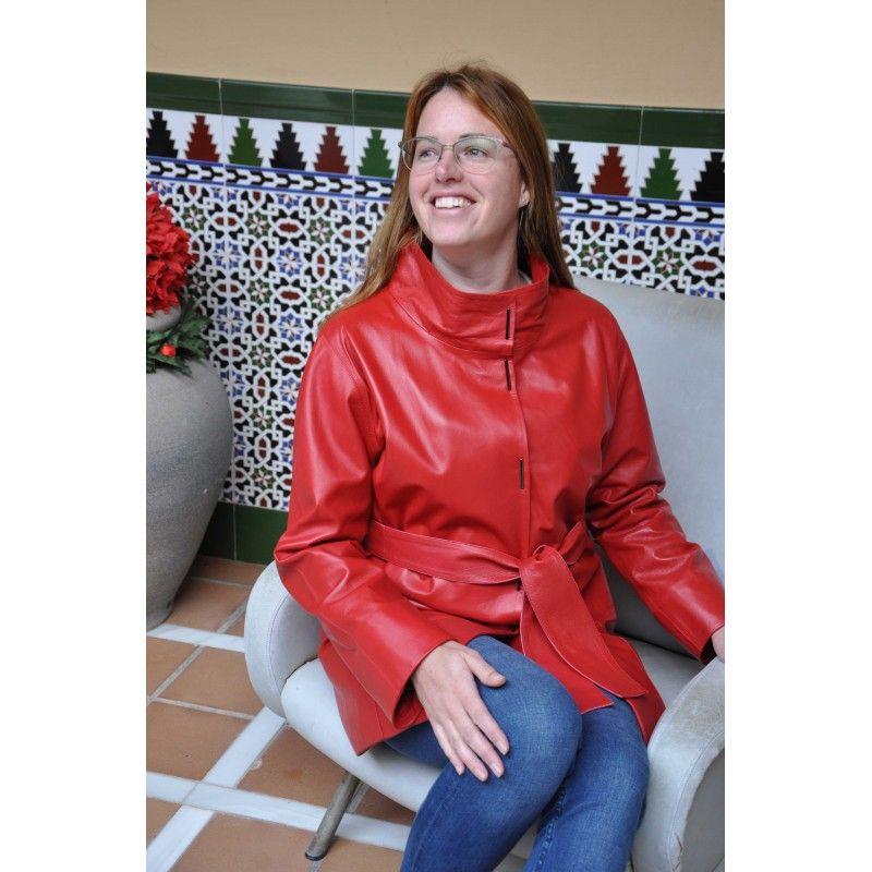 Abrigo largo de piel con bolsillos, cuello clásico y cierre de botones